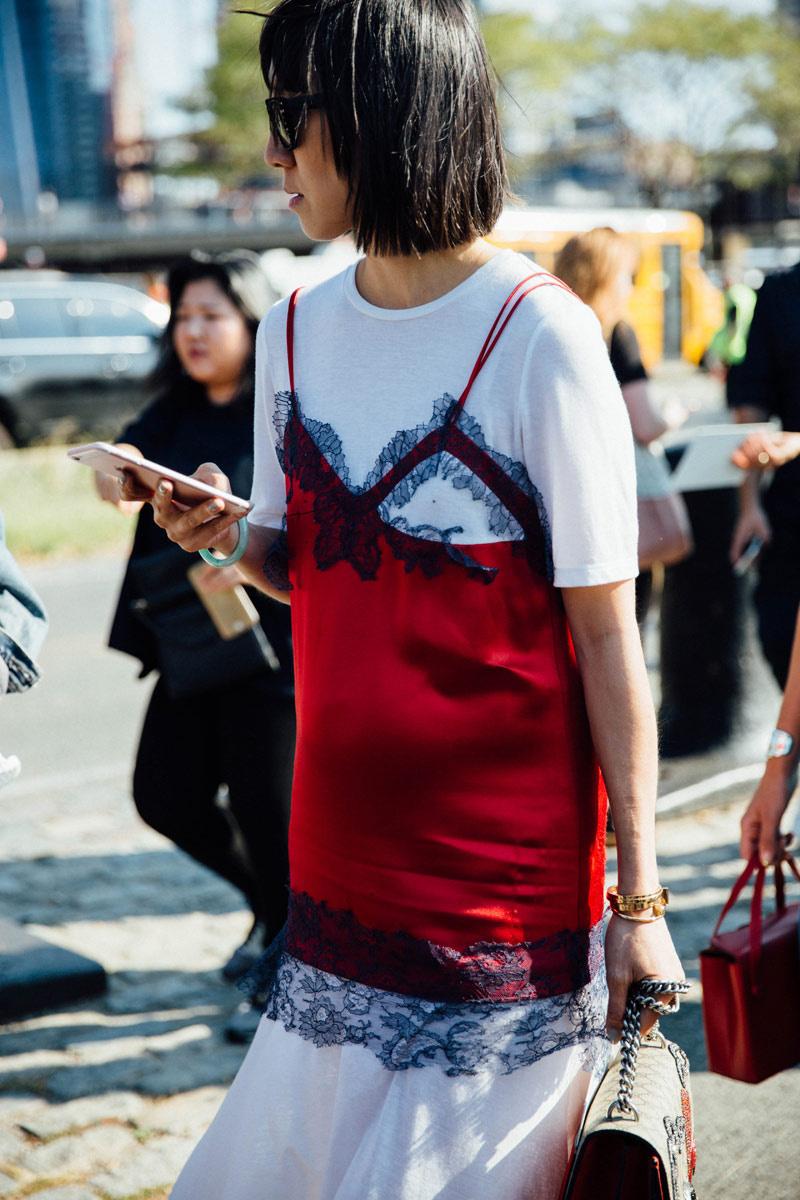 tendencias_otono_invierno_2016_llevar_camiseta_debajo_del_vestido_911762926_800x